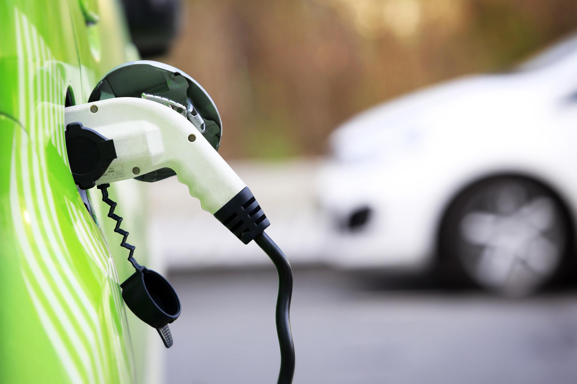 Stanovisko AOOA: Divoký dovoz ojetých elektromobilů může z Česka udělat chemickou popelnici Evropy.